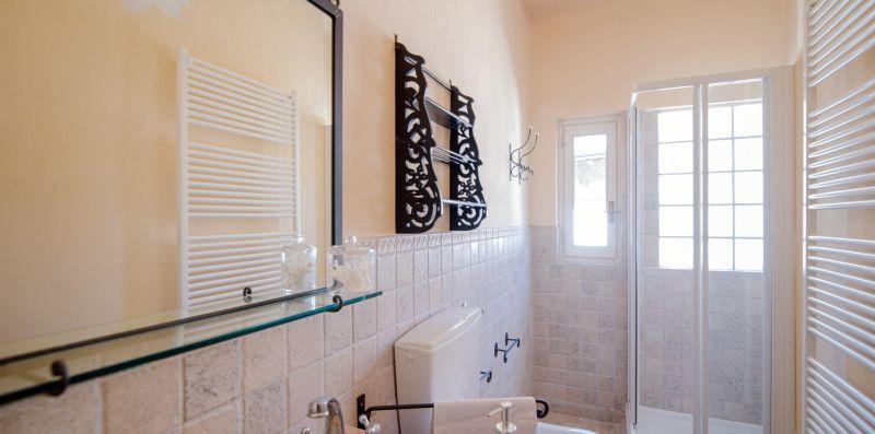 Il pratico bagno con box doccia protetto - Charming House Bice
