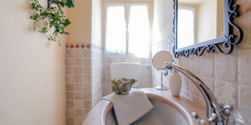 Il piccolo lavabo di porcellana nel bagno - Charming House Bice