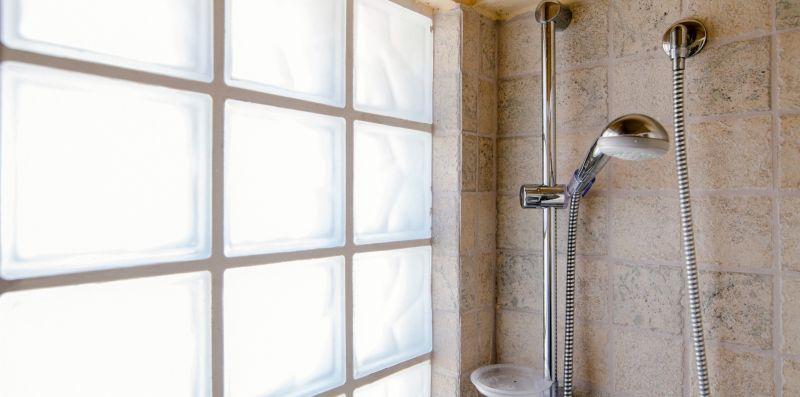 Le piastrelle luce che delimitano la doccia - Charming House Bice