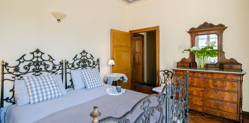 La camera matrimoniale con arredo antico - Charming House Bice
