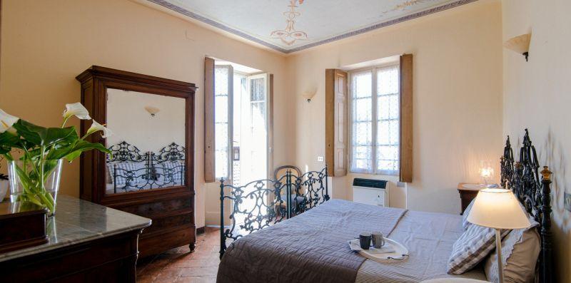 Camera matrimoniale con arredi antichi - Charming House Bice