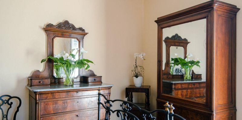La toletta e l'armadio in legno antico - Charming House Bice