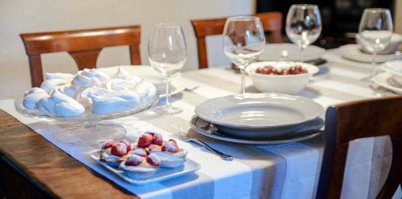 Il tavolo da pranzo apparecchiato - Charming House Bice