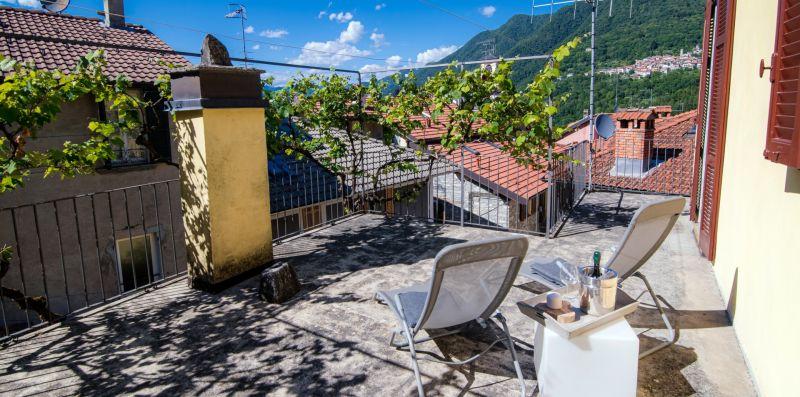 L'ampia veranda con due sedie sdraio - Charming House Bice
