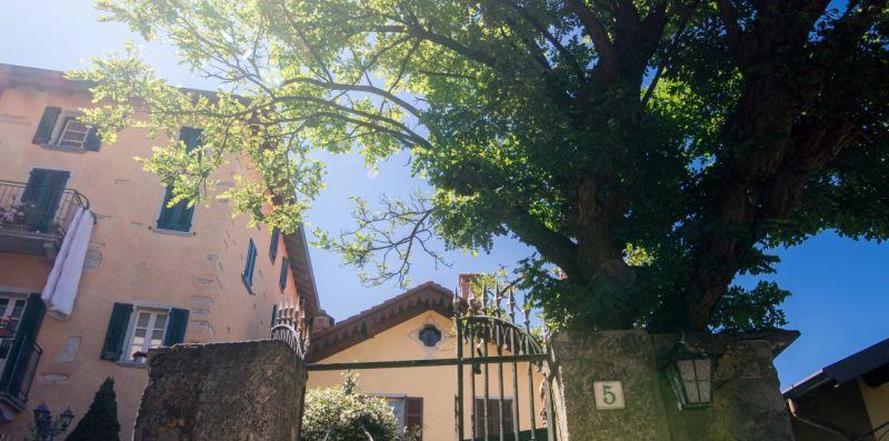 Cancello d'ingresso alla villa con viottolo - Charming House Bice