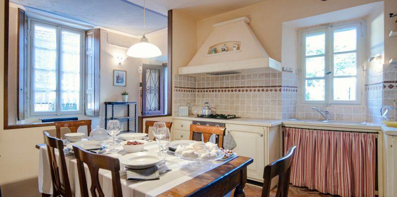 Zona cucina con piano cottura a gas - Charming House Bice
