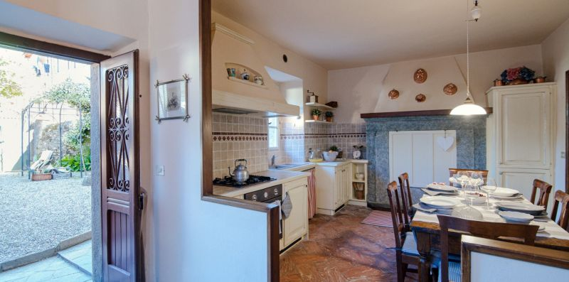 La cucina con il grande tavolo da pranzo - Charming House Bice