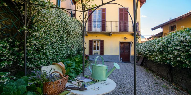 Giardino con piccolo tavolino circolare - Charming House Bice