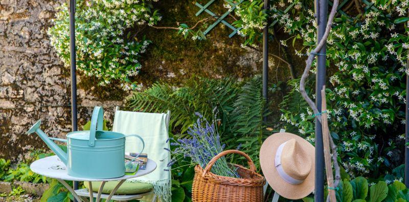 Piccolo tavolino con due sedie da esterno - Charming House Bice