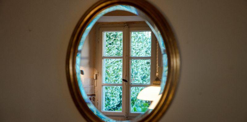 Specchio ovale con cornice dorata - Charming House Bice