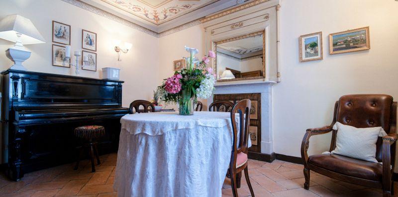 Il salone arredato con mobili d'epoca - Charming House Bice
