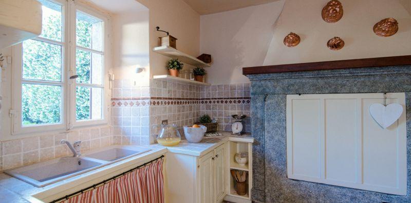 Il doppio lavello della cucina e il camino - Charming House Bice