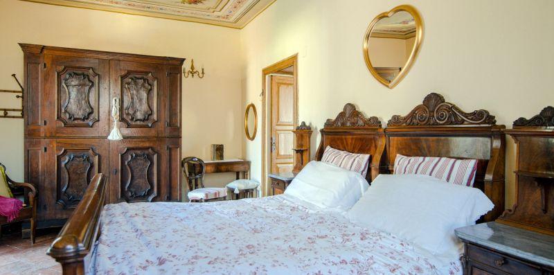 Il mobilio antico nella camera matrimoniale - Charming House Bice