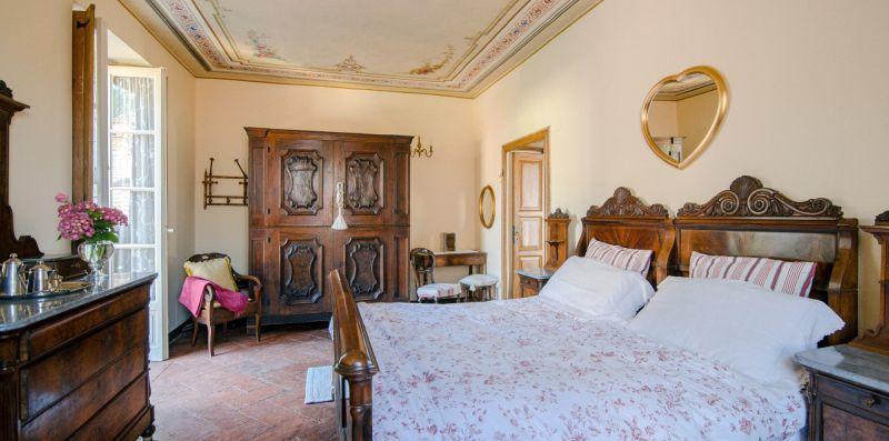 I mobili antichi nella stanza matrimoniale - Charming House Bice