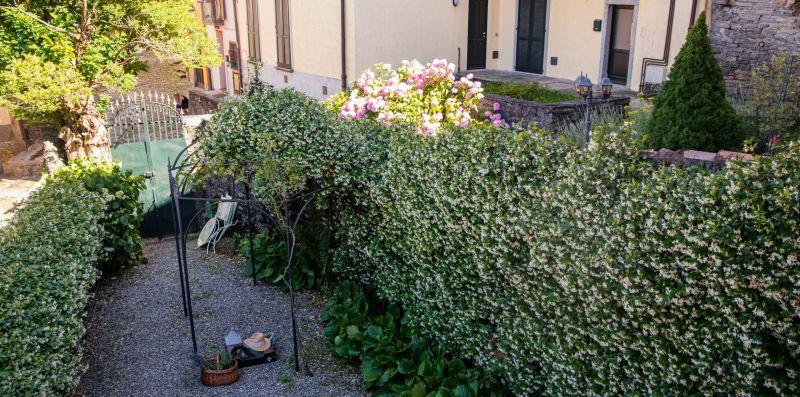 Il giardino esterno con piante e viottolo - Charming House Bice