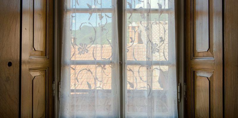 Finestra della villa in con ante in legno - Charming House Bice