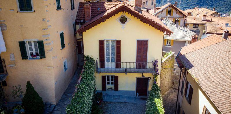 Vista dall'alto della villetta con giardino - Charming House Bice