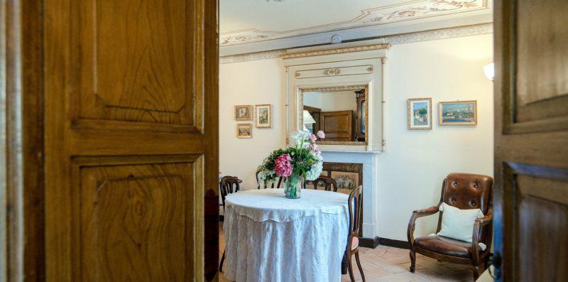 Tavolino circolare arredato del salottino - Charming House Bice