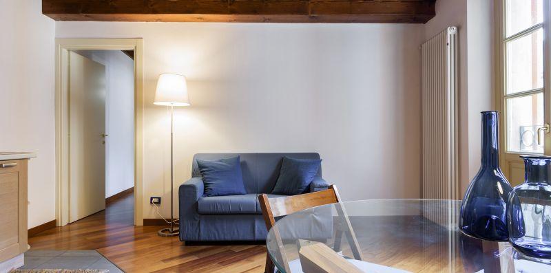 Il divano blu con il tavolo tondo in vetro - Contrada San Giacomo
