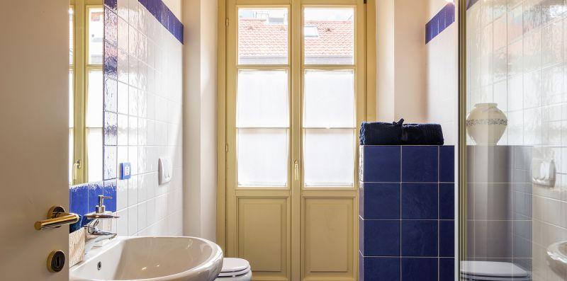 Bagno con piastrelle blu e vasca-doccia - Contrada San Giacomo