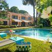 Piscina rettangolare con lettini regolabili - Villa D'Amare