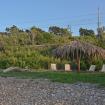Quattro sdraio con ombrellone di palma - Il Giardino sul Mare