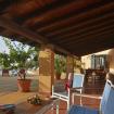 Zona relax con sedie in tela e tavolino - Giardino sul Mare