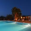 La piscina illuminata da candele sul tramonto - Giardino sul Mare