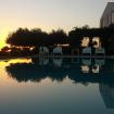 Area relax a bordo piscina in un tramonto - Villa Helios