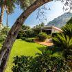 Il rigoglioso giardino con prato inglese curato - Villa Mito